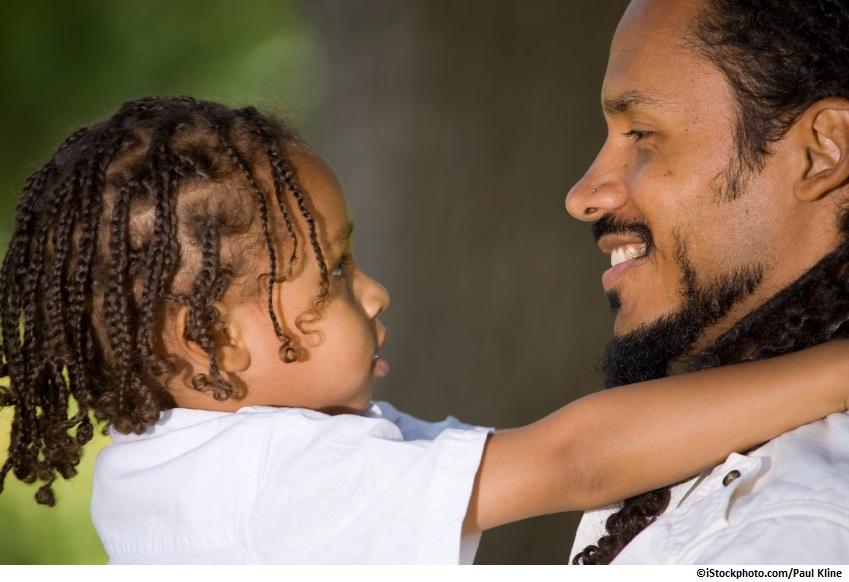 Father hugging his daughter / Père serrant sa fille dans ses bras