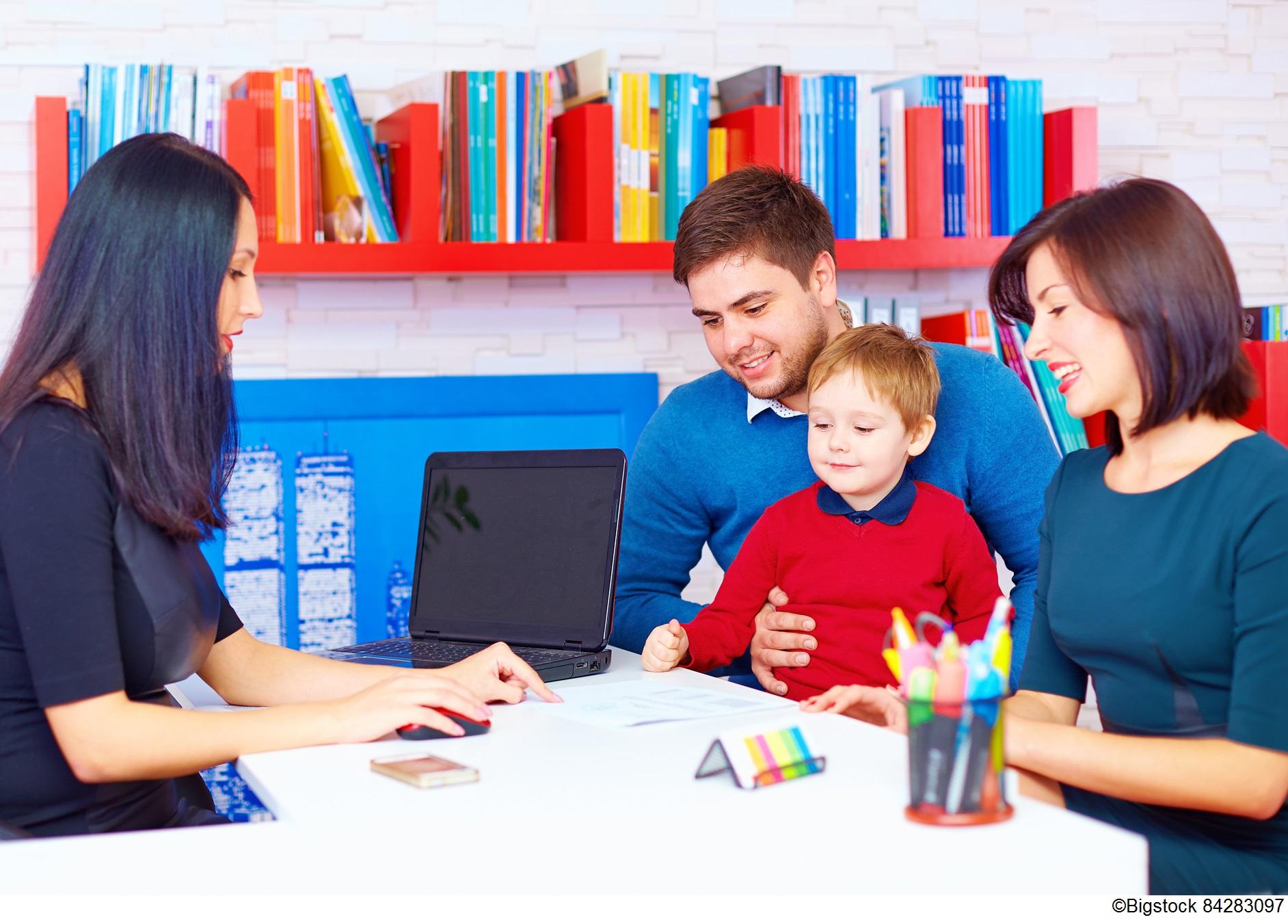 Young family at a desk with a human resources manager / Jeune famille devant un bureau en compagnie d'un gestionnaire de ressources humaines