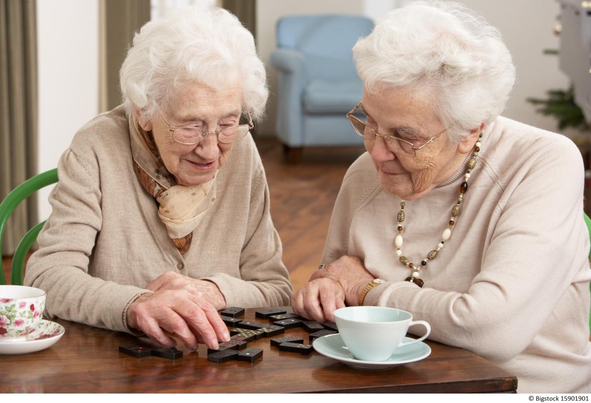 Senior women playing dominoes / Aînées jouant aux dominos