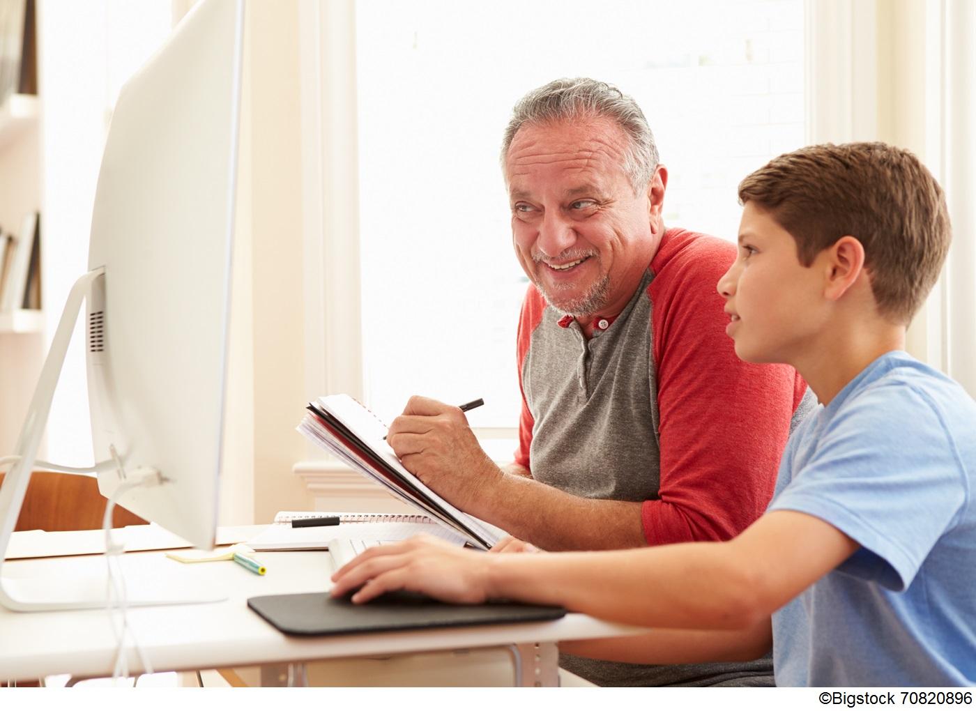 Grandfather and grandson on a computer/Granpère et petit-fils à l'ordinateur